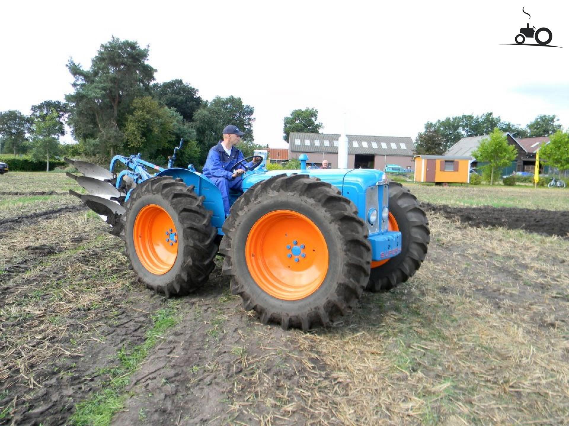 County Super 4 van warmerbros Druk bezig met ploegen / eggen..