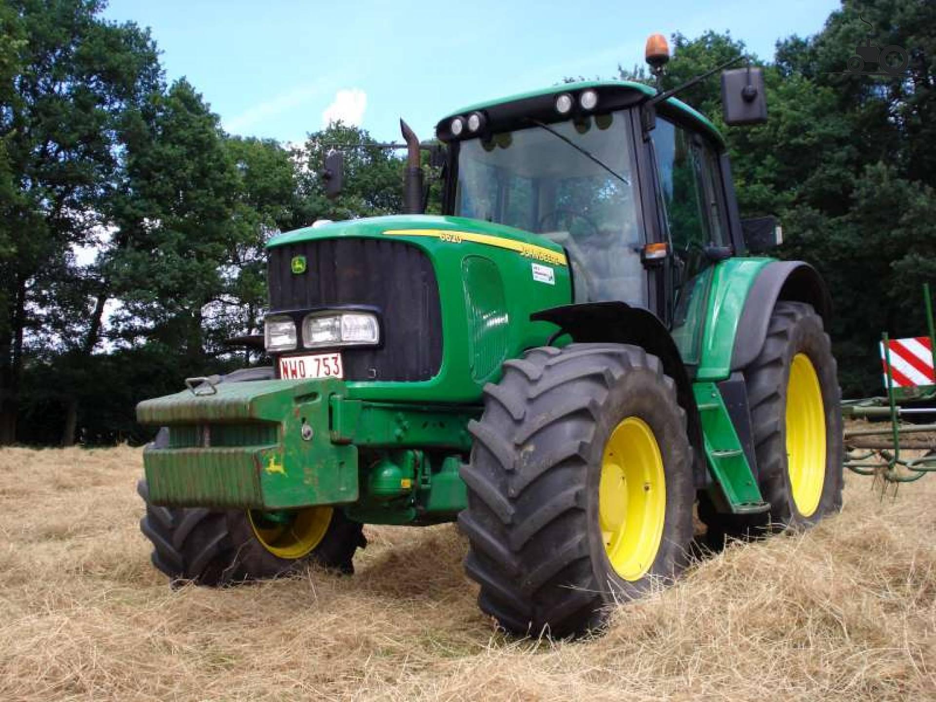 Foto van een John Deere 6620, druk bezig met gras