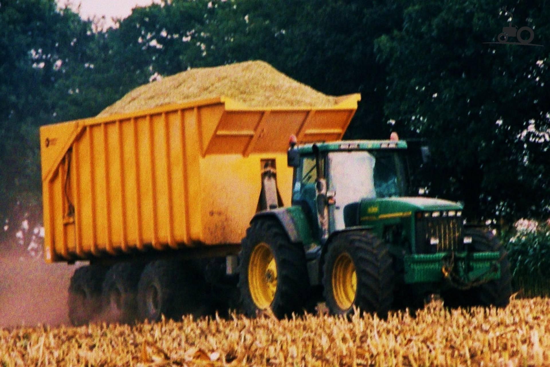 Foto van een john deere 8100 druk bezig met maïs hakselen 4 jaar