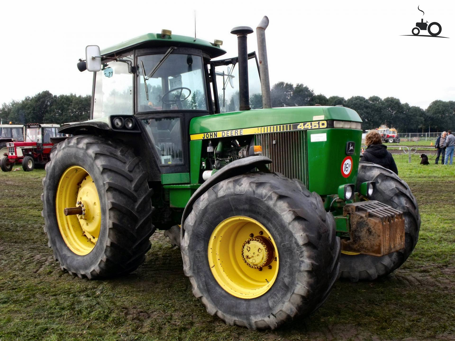 John Deere 4450 from DennisVanDerSteen Busy with poseren.