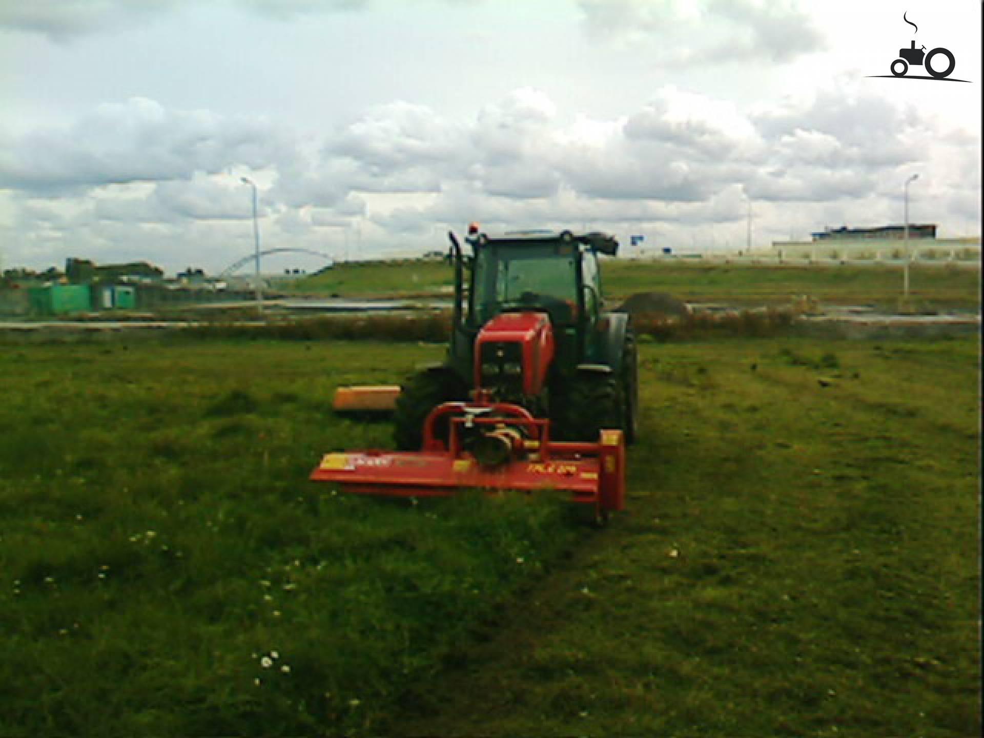 Massey Ferguson 2440 ST van klungel Druk bezig met gras maaien..