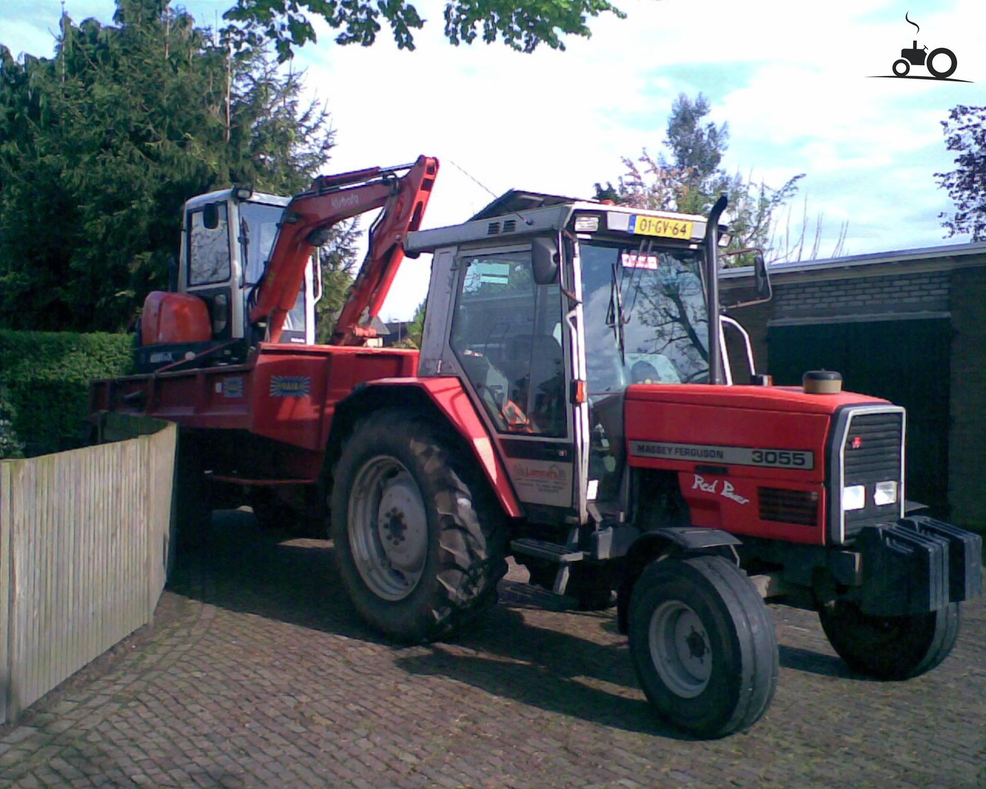 Massey Ferguson 3055 van Newhollandford Druk bezig met dumperen..