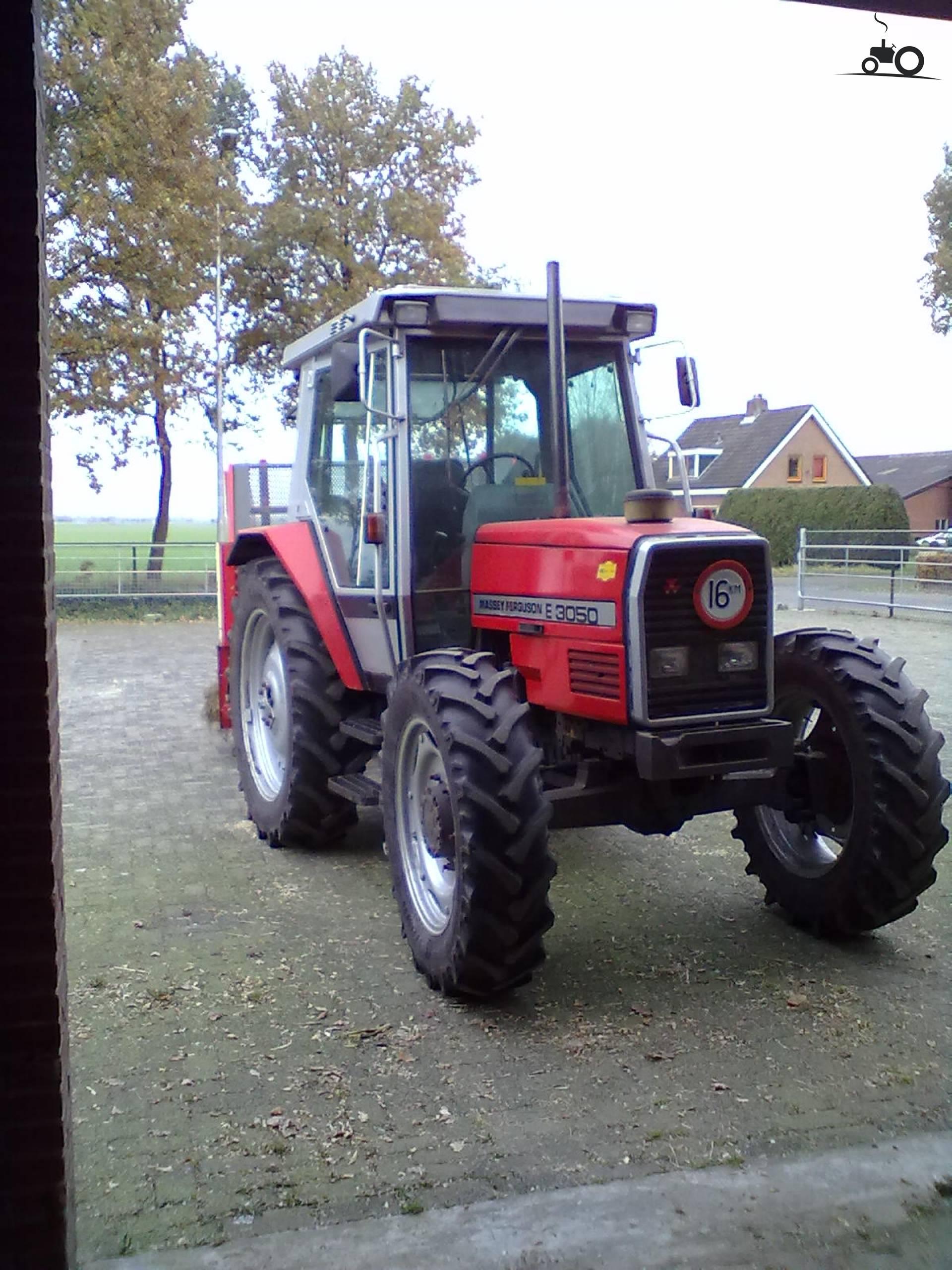 Massey Ferguson 3050 E van Emmink Druk bezig met poseren..