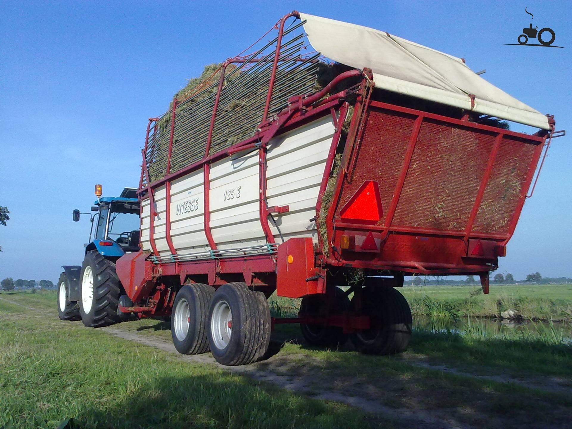 Strautmann Vitesse van newholland6635 Druk bezig met gras inkuilen..