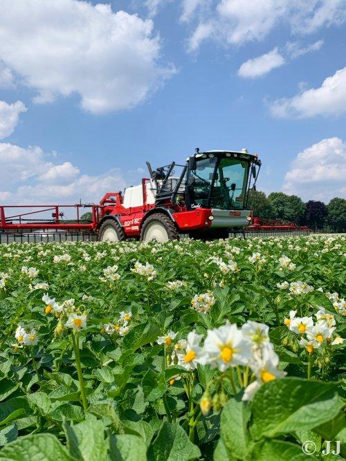 Agrifac Condor tussen de aardappelbloemetjes.. Geplaatst door JJ op 25-06-2019 om 19:10:24, op TractorFan.nl - de nummer 1 tractor foto website.