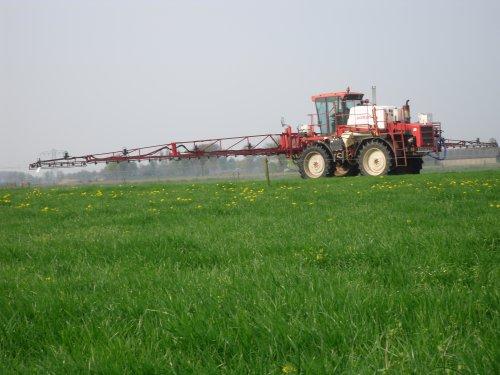 jansen wijhe met hun agrifac za 2400 bezig met grasland spuiten. Geplaatst door fendtvario op 21-04-2009 om 18:20:32, op TractorFan.nl - de nummer 1 tractor foto website.