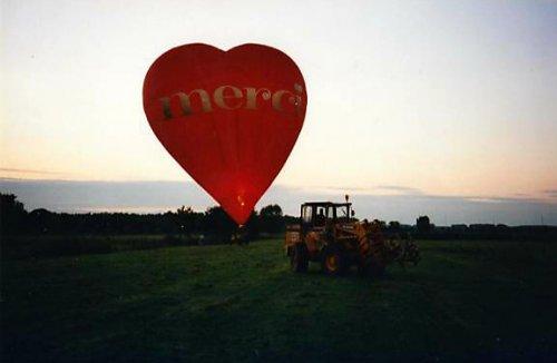 Een foto van ongeveer 15 jaar geleden, ik was bezig met ronde balen laden toen er plots een warme luchtballon landde.geplaatst  Omdat mijn dochter vandaag 3 jaar wordt en controle binnen enkele dagen 40 jaar wordt.