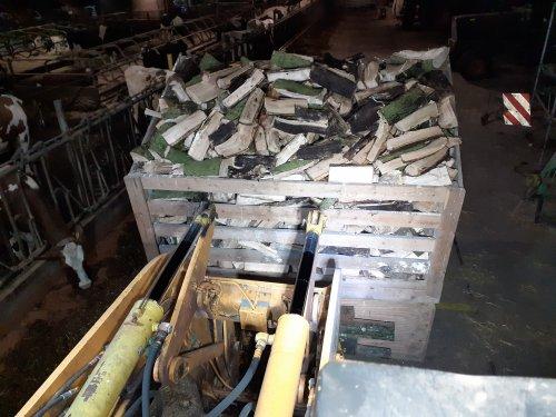 Foto van een Ahlmann AZ 10 omdat het druilerig koud weer is. Maar weer even helderop hout geklooft. Weer een bak van 4m³ vol met hout. Mooi een jaar laten drogen en dan kan het de kachel in. En om er niet te vaak mee te hoeven  pakken 13 jaar terug maar een bak gemaakt. Die kan straks in 1 keer naar de eind gebruiker