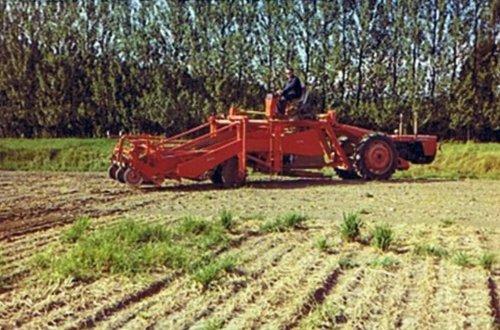 Amac zelf rijdende aardappelrooier op basis van een Same Leone 75, Lateer werden ze ook gebouwd op basis van een Same Drago, maar dan wel met hydrostatische aandrijving. Foto van Kees v.d. Kreeke.