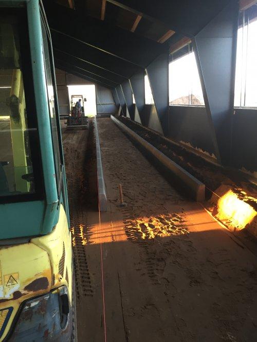 Foto van een Ammann Yanmar SV17, trotoirbanden zetten als achterrand van de boxen. Geplaatst door rubencasecs op 26-01-2020 om 12:09:25, met 30 reacties.