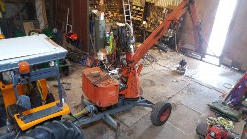 Er zit inmiddels al een stoel op en de bak is ook alweer dicht gemaakt met een vers stuk ijzer.. Geplaatst door John-Renault op 27-10-2019 om 18:40:24, op TractorFan.nl - de nummer 1 tractor foto website.