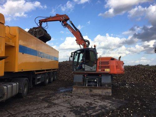 Loonbedrijf Firma Van Staveren (Nieuw Vennep) × op de foto met een Atlas 160W.. Geplaatst door jensgriekspoor op 22-10-2017 om 20:40:34, op TractorFan.nl - de nummer 1 tractor foto website.