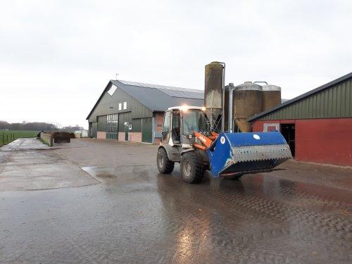 Foto van een Atlas Shovel, mengseltje maken voor de 110 koeien op m'n werk. Geplaatst door johndeere6230 op 21-12-2018 om 15:36:26, met 35 reacties.