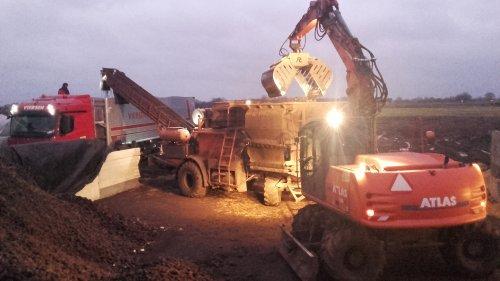 Vos op de foto met een Atlas 160W. Vandaag de zetmeelaardappels uit de sleufsilo afgeleverd.. Geplaatst door henkieturbo op 29-01-2016 om 23:28:40, op TractorFan.nl - de nummer 1 tractor foto website.