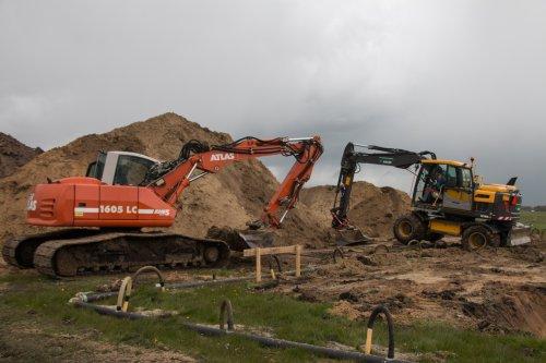 Loonbedrijf Krans aan het stal uitgraven met hun Atlas 1605 LC rupskraan en hun Volvo EW 140D mobiele kraan. Meer foto's zijn te bekijken op: http://www.trekkerfotografie.nl