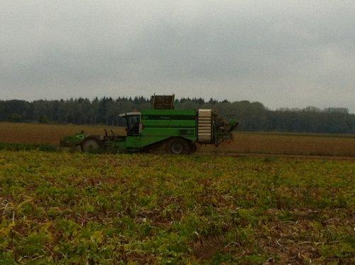 Foto van een Avr Puma, bezig met aardappels rooien.. Geplaatst door timme936 op 23-11-2012 om 10:04:50, op TractorFan.nl - de nummer 1 tractor foto website.