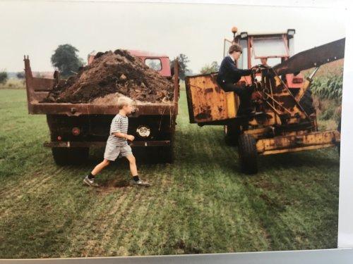 Foto genomen in 1995 door 1 van mijn ouders. Ikzelf ben sloten aan het ruimen rondom de boerderij. Blijkbaar wist ik toen al dat ik grondwerker ging worden. Ik was toen nog schoolgaand en zou na school te lopen nog een aantal jaar in de chemie werken. Voor de kraan staat een Renault 781 en de vrachtwagen is een Magirus met een 4 cilinder luchtgekoelde Deutz motor met een hels lawaai. Alle 3 de machines zijn nog steeds aanwezig op de ouderlijke boerderij.