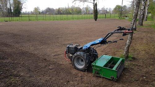 Foto van een BCS 746. Vandaag weer een hoop gras gezaaid.. Geplaatst door maikwolsink op 24-04-2021 om 20:52:51, op TractorFan.nl - de nummer 1 tractor foto website.