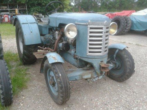 Bührer BD 4 1948  , 4 cilinder  4 liter  55 pk Bührer motor , behoorde destijds tot de sterkste tractoren ,  nu op foto  met de originele koplampen , grotere  14.00-24 industrie achterbanden , gereedschapkist rehts en voorste spatborden wordt nog aan gewerkt ,  deze tractor behoort tot mijn favorieten.