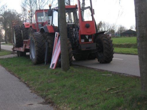 Foto van een BLOOPERS Stuk, bezig met tractorpulling. of je doet geen diesel in je trekker tja dan moet je ontluchten midden op de weg :D