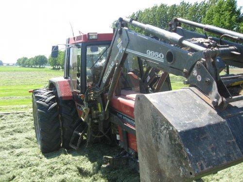 Foto van een BLOOPERS Wiel eraf, bezig met gras inkuilen.. Geplaatst door sloot op 16-05-2008 om 22:30:47, met 15 reacties.