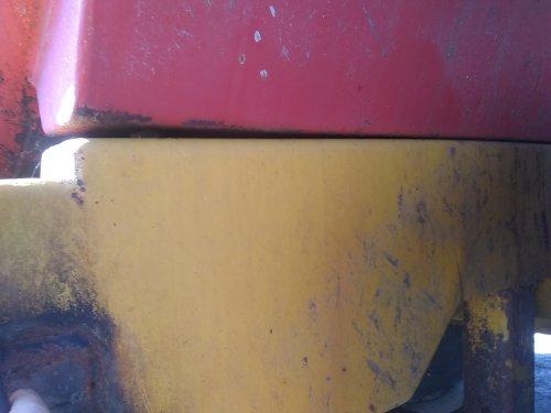 Een wat minder fijne verrassing bij het schoonmaken van de giertank. Het gewicht van de nieuwe injecteur hakt er in, rechts zie je een knik in het chassis waar de boel begint te buigen, daardoor zit er nu een spleet tussen tank en frame. Bezigheidstherapie voor deze winter ...