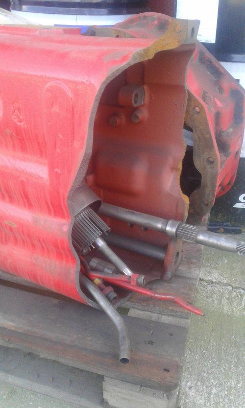 Dit was/is een huis van een versnellingsbak van een mc cormick XTX 185. Tractor is doormidden gebroken tijdens het draaien op de kopakker. Was aardappelen aan het planten met avr planter in de lift. Dit was de tweede tractor dat de man doormidden liet breken. Enkele jaren voor deze liet de man zijn case mx 170 ook breken. Case 10000 uren de mc cormick 5000.