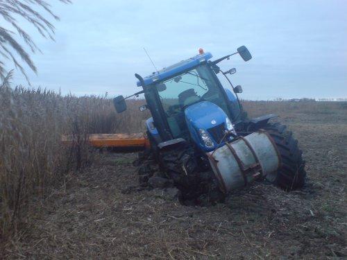 New Holland T6010 vast met klepelen  vanmorgen weer geprobeerd maar t ging niet :D bagger is niet meer hard bevroren