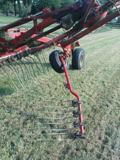 Foto van een BLOOPERS Stuk, bezig met gras harken.. Geplaatst door joozt op 05-07-2009 om 21:29:21, met 26 reacties.