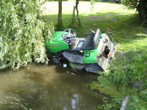 Foto van een BLOOPERS In de sloot, bezig met gras maaien.Ja kan gebeuren.. Geplaatst door JoHn DeErE op 13-08-2009 om 18:20:31, met 12 reacties.
