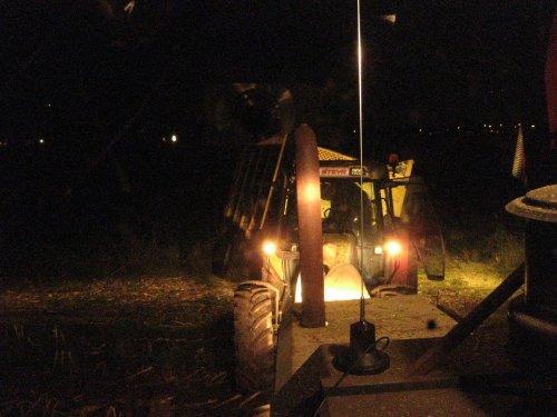 Foto van een BLOOPERS In de sloot, bezig met maïs hakselen.. Geplaatst door martijnsteyrdriver op 03-10-2009 om 20:22:03, met 12 reacties.