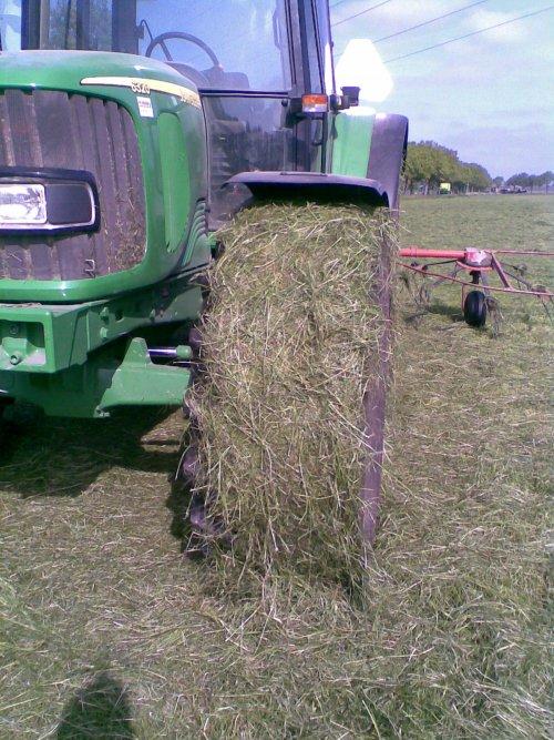 Foto van een BLOOPERS Huhh???, bezig met gras schudden. BAHH.. stom rot gras! om het rondje moest je eruit om het eraf te gooien