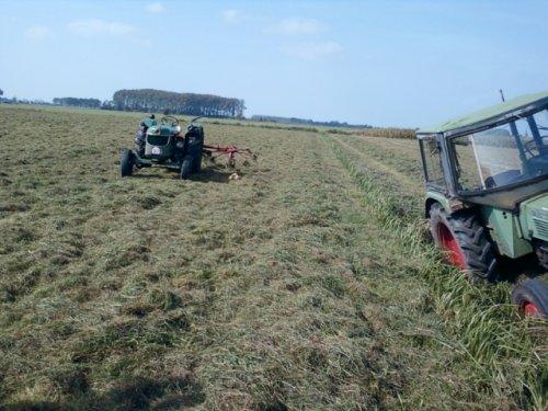 Foto van een BLOOPERS In de sloot, bezig met gras schudden.. Geplaatst door deutz dx 6 05 op 21-09-2012 om 15:45:53, met 3 reacties.