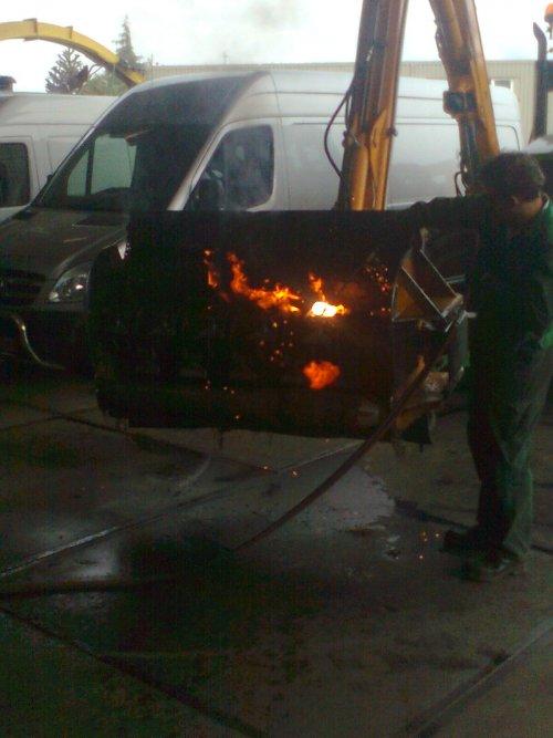 Foto van een BLOOPERS Vlam in de pijp, bezig met poseren.der zat een band met velg vast in me klepelbak, dus bij westrhenen eruit laten branden.