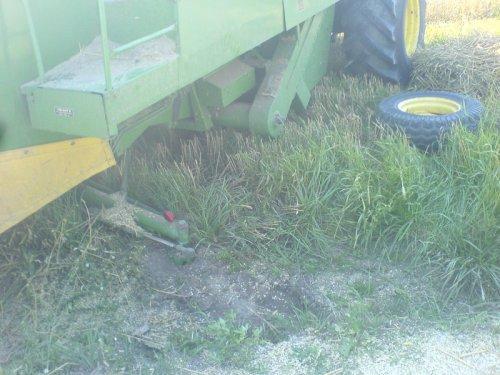 Foto van een BLOOPERS Wiel eraf, bezig met maaidorsen. Krak zei het wiel.. Geplaatst door Ziko op 22-06-2013 om 19:06:47, met 6 reacties.
