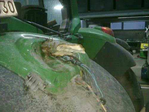 Foto van een BLOOPERS Pech, bezig met poseren.  één goede tip: zet jou tractor niet te kort bij een boom die je wil omzagen. ;)  Voor & achterruit stuk, dak & onderdak kapot, linker spatbord kapot, etc ...  Eerst denken, dan doen.