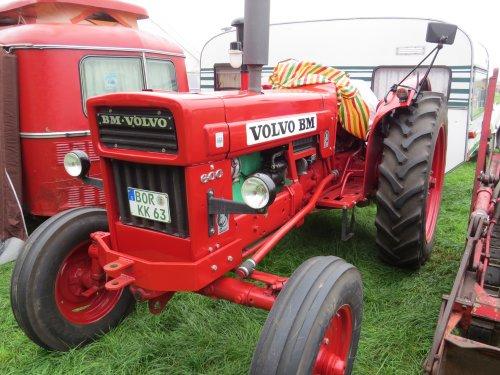 Foto van een BM Volvo 600, bezig met poseren. Meddo 2014. Geplaatst door oldtimergek op 14-10-2014 om 01:11:07, op TractorFan.nl - de nummer 1 tractor foto website.