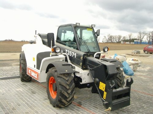 Foto van een Bobcat T3571. Geplaatst door buttonfreak op 05-01-2017 om 19:12:08, op TractorFan.nl - de nummer 1 tractor foto website.