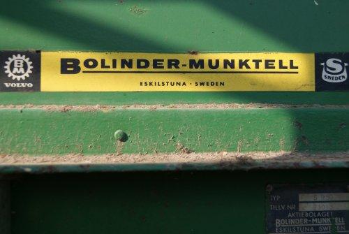 Foto van een Bolinder Munktell Logo, bezig met poseren. Na 5 jaar stilstand het ding weer eens aangeslingerd. Is een combine S950 uit 1964