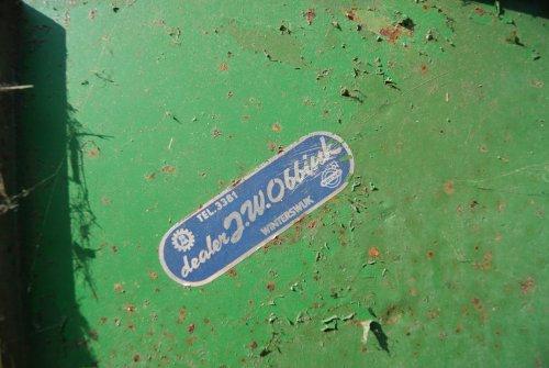 Foto van een Bolinder Munktell Logo, bezig met poseren. Dealersticker op mn combine uit 1964. Geplaatst door radium45 op 05-08-2011 om 18:14:50, met 3 reacties.