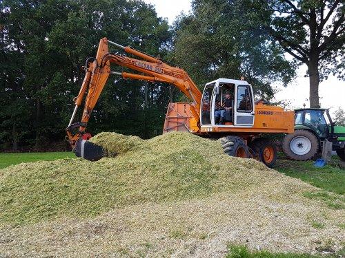 Foto van een Caesar 3512 bezig met maïs overladen, dit i.v.m het hakselen op rupsen.. Geplaatst door Gjvanlaar op 06-10-2017 om 20:56:26, op TractorFan.nl - de nummer 1 tractor foto website.