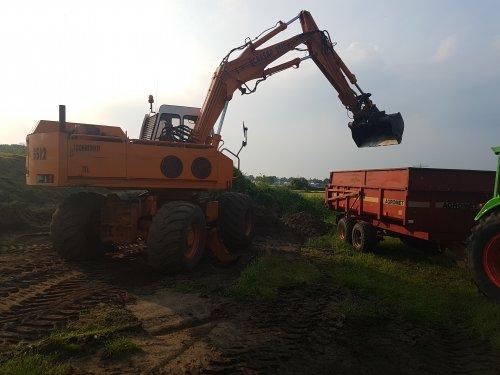 Foto van een Caesar 3512 bezig met grond laden.. Geplaatst door Gjvanlaar op 26-05-2018 om 06:40:00, met 12 reacties.