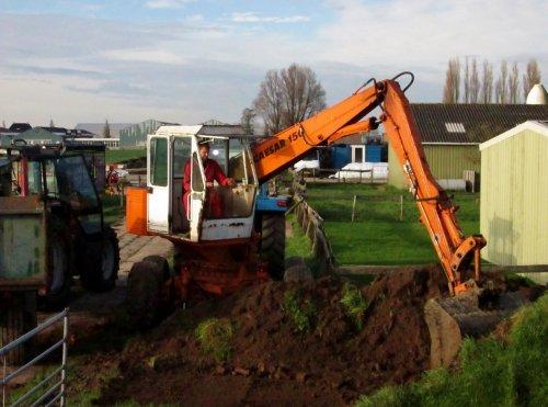 Vervuilde grond (puingrond) gebruiken als vulling langs de keldermuren.. Geplaatst door Valtra-Fordpower op 09-11-2014 om 17:46:40, op TractorFan.nl - de nummer 1 tractor foto website.
