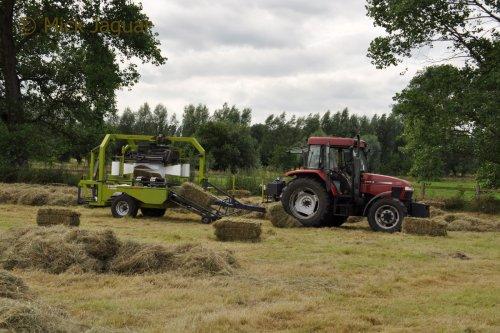 Case IH CX 80 met Ingara wikkelaar, bezig met kleine pakjes hooi te wikkelen.  Filmpje? -> https://www.tractorfan.nl/movie/46421/
