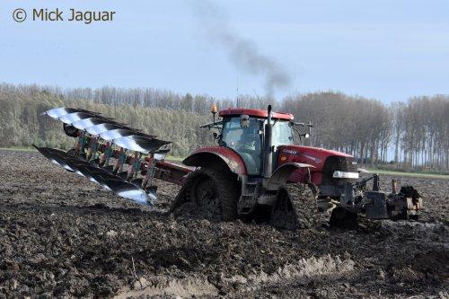 Case IH Puma 225 cvx met Kvernelad LO 100 Variomat 6-schaarploeg.  Filmpje? -> https://www.tractorfan.nl/movie/49209/