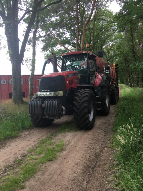 Kijk, daar heb je Loonbedrijf Koonstra (Vinkenbuurt) × met een Case IH Magnum 280.. Geplaatst door jd fan keiendorp op 13-06-2018 om 19:43:20, op TractorFan.nl - de nummer 1 tractor foto website.