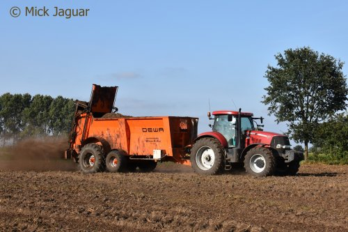 Case IH Puma 200 CVX met DEWA STV mestwagen, beizg met kippenmest te spreiden. Willems Kristof Loonwerkbedrijf uit Evergem.