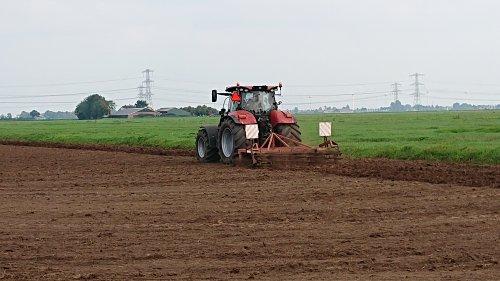 De Puma 165 doet werkervaring op voor de cultivator... Geplaatst door Puma165 op 03-09-2018 om 21:32:37, op TractorFan.nl - de nummer 1 tractor foto website.