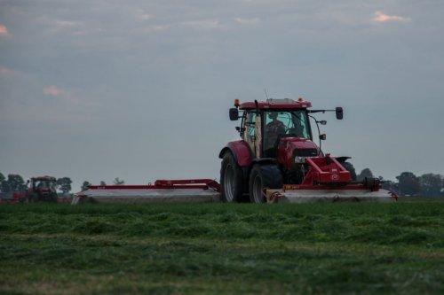 Foto van een Case IH Maxxum 140 aan het maaien. Geplaatst door appievaltra op 15-10-2018 om 21:54:31, op TractorFan.nl - de nummer 1 tractor foto website.