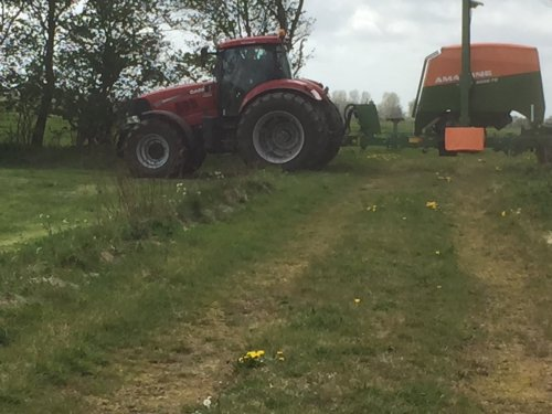 Foto van een Case IH Puma 225 aan het maiszaaien. Geplaatst door rubencasecs op 06-05-2019 om 15:07:47, op TractorFan.nl - de nummer 1 tractor foto website.